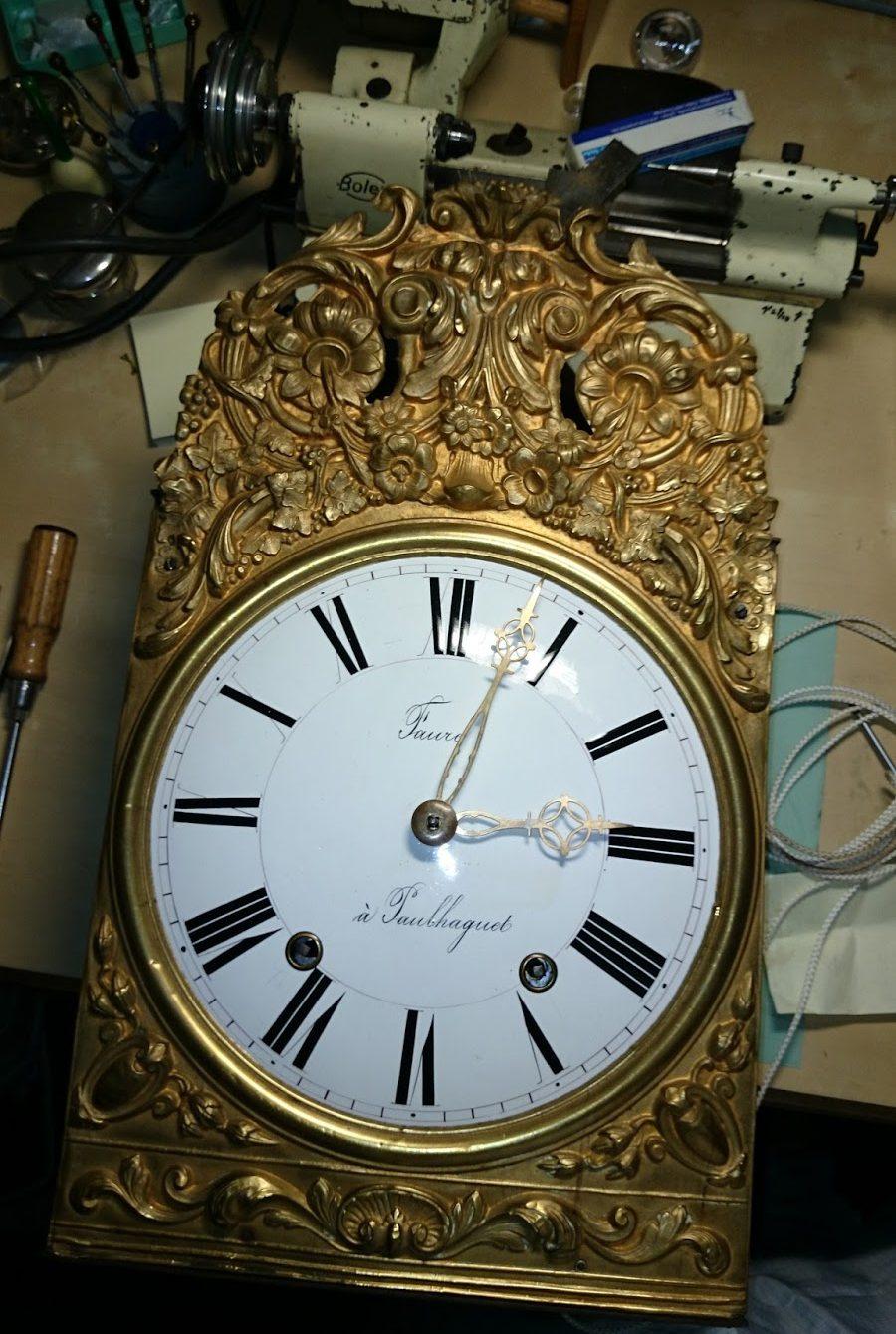 Bilde einer Comtoise Uhr auf der Uhrmacherwerkbank.