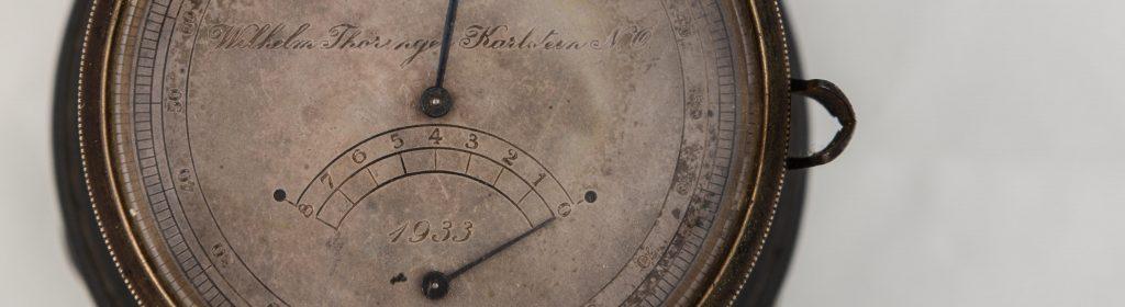 Detailaufnahme einer Karlsteiner Uhr aus dem Jahre 1933 mit Gangreserveanzeige.