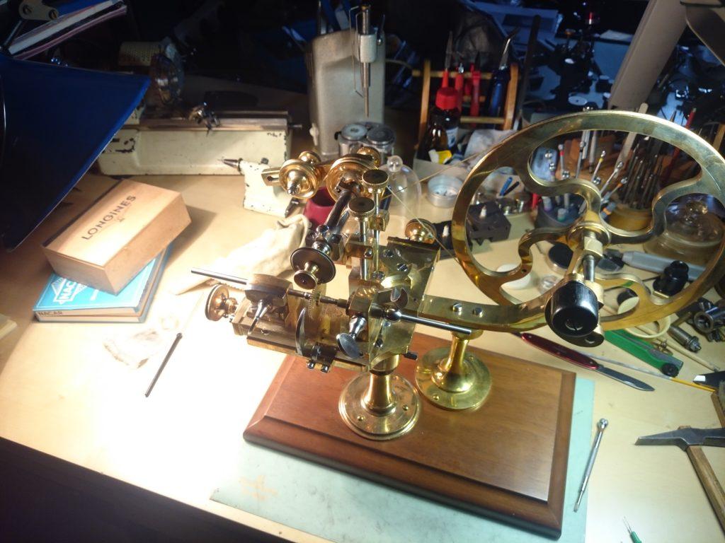 Foto der Wälzmaschine, oder auch Arrondiermaschine oder Finiermaschine. Uhrmacherwerkzeug.