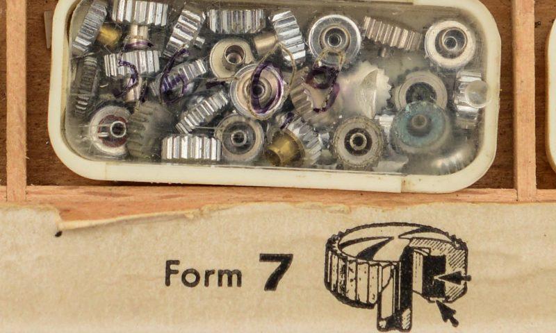 Detialaufnahme von alten Aufzugskronen in einem kleinen Kätschen.